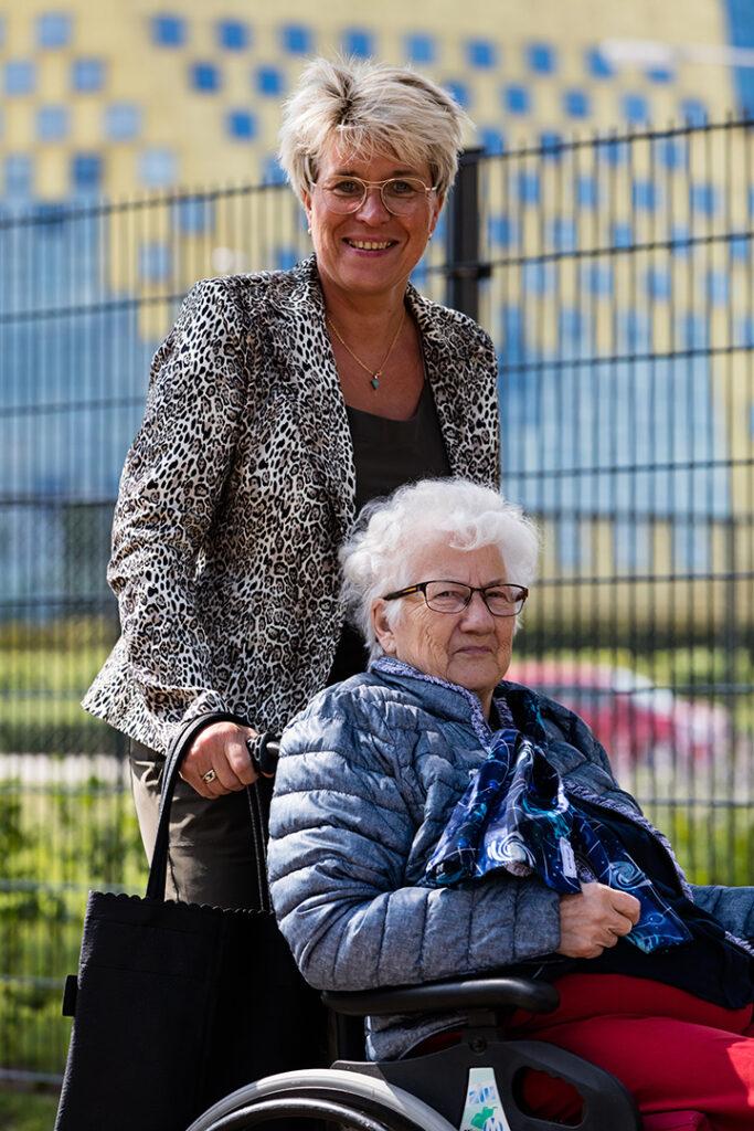 Dinie loopt samen met haar moeder met dementie een rondje in Hardenberg.