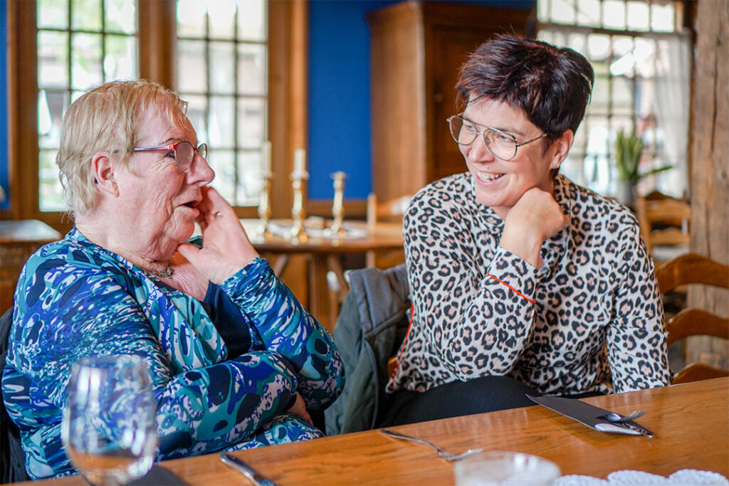 moeder met dementie praat met dochter over het leven