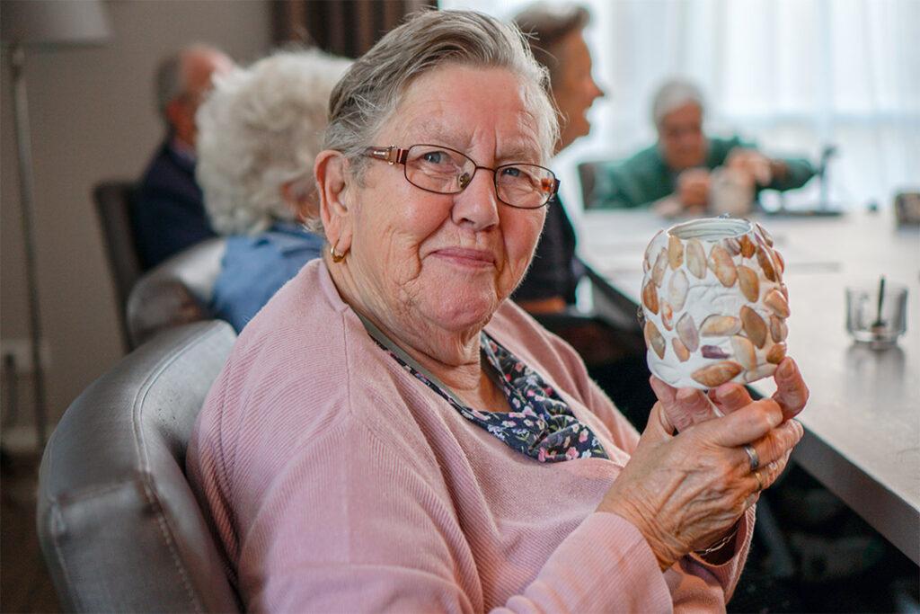 Een mevrouw met dementie heeft een kunstwerk gemaakt. Omgaan met dementie kan op creatieve manieren.