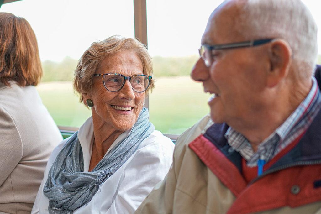 Mevrouw met dementie kijkt naar buiten en denkt aan wat ze nog moet regelen