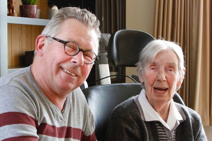 Paul samen met zijn moeder met dementie lachend naar de camera in Het Venenhuis in Deventer