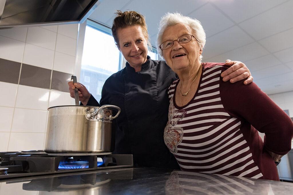 Anja is Kok bij Dagelijks Leven en staat samen met een bewoonster in de keuken