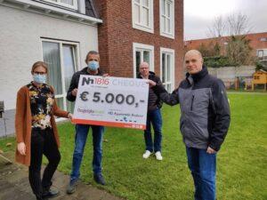 Locatiemanager Anja krijgt een cheque overhandigt voor de BelevenisTafel