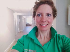 Wendeline Roest in haar Dagelijks Leven tenue, ze werkt als verpleegkundige
