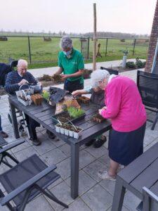Blogger Ans Meijerink, verzorgende IG bij Dagelijks Leven, verzorgt planten samen met bewoners van Het Beekdalhuis in Wierden