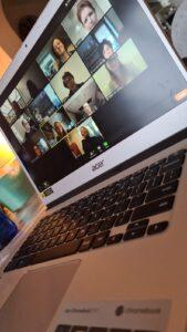 Foto van de laptop waarop Pieter Janssen een online les GVP volgt, samen met medestudenten