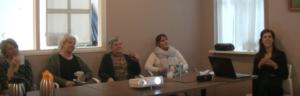 Ouderenpsycholoog bekijkt samen met het zorgteam de beelden tijdens een VIO-feedbackbijeenkomst