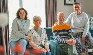 Echtpaar met dementie dat samenwoont in de echtparenstudio van dagelijks Leven samen met hun twee dochters in de huiskamer