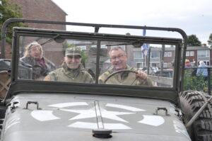 Bewoner met dementie toert samen met zijn zoon in een legervoertuig door Vlissingen.
